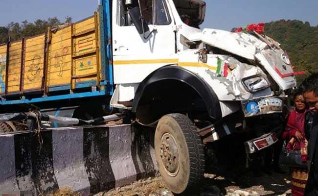 पुणे : सड़क पर आए भालू को बचाने के चक्कर में बस-ट्रक की टक्कर में 11 की मौत