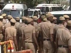 कर्नाटक: CCTV में कैद हुई पुलिसकर्मियों की दादागिरी, बार में घुसकर मारपीट