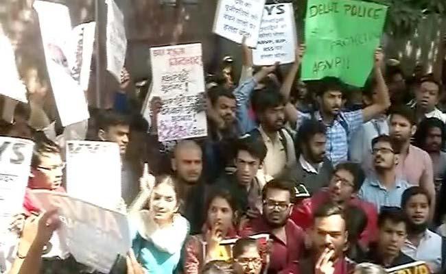 रामजस कॉलेज का विवाद : एबीवीपी ने पुलिस मुख्यालय के बाहर किया विरोध प्रदर्शन