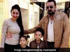 संजय दत्त ने स्कूटर पर पत्नी मान्यता और बच्चों को करवायी आगरा की सैर, देखें फोटो