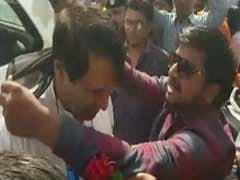 सूरत : बीजेपी सपोर्टर बनकर कांग्रेस कार्यकर्ता पहुंचे रेलमंत्री सुरेश प्रभु के पास, गले में डाला काला कपड़ा