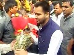 जब वैलेंटाइन्स डे के मौके पर तेजस्वी यादव को गुलाब देने के लिए मच गई लड़कियों में होड़