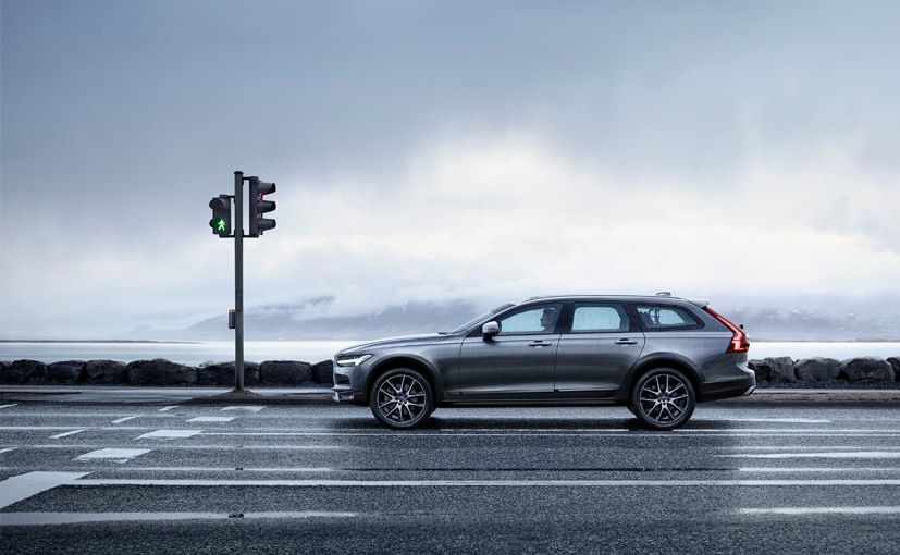 volvo v90 cross country side