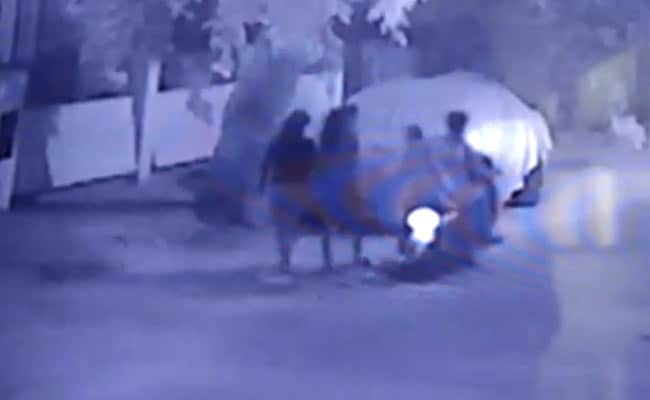 बेंगलुरु फिर शर्मसार : बीच सड़क पर महिला से छेड़छाड़, CCTV में कैद हुई घटना