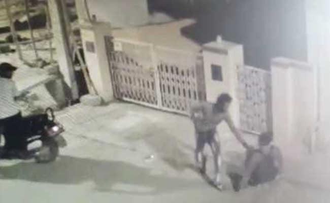 बेंगलुरू में बाइकर्स गैंग का आतंक, चाकू के बल पर युवक को लूटा, घटना CCTV में कैद