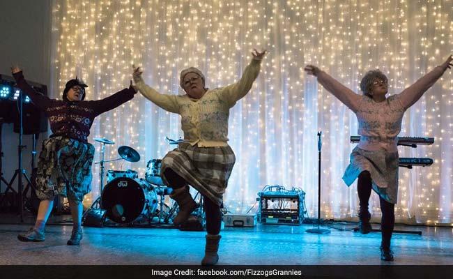 वायरल : भांगड़ा करती यह ब्रिटिश 'दादी माएं' इंटरनेट पर छाई हुई हैं..