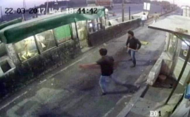 यूपी के फिरोजाबाद टोल नाके पर गुंडागर्दी और मारपीट की तस्वीरें CCTV में हुईं कैद