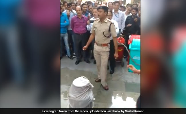 How To Put Out Fire Caused By Cylinder Leak: Delhi Cop's Video Goes Viral