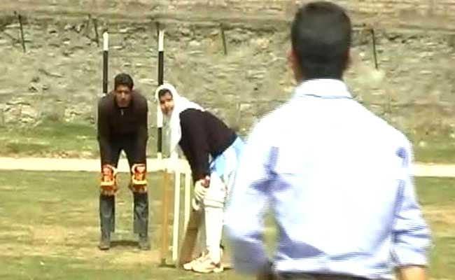 विराट कोहली की बैटिंग देखकर खेलना सीखा और कश्मीर की क्रिकेट सनसनी बनीं 17 साल की इकरा रसूल, देखें वीडियो..