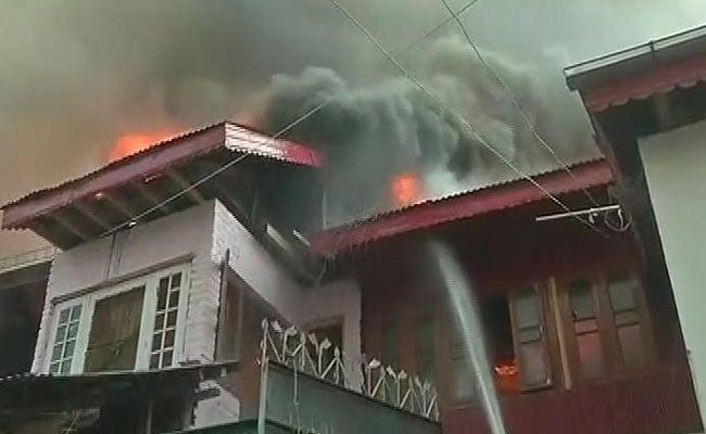 जम्मू-कश्मीर : चिनार बाग के रिहाइशी इलाके में लगी आग, कई घर जलकर हुए खाक
