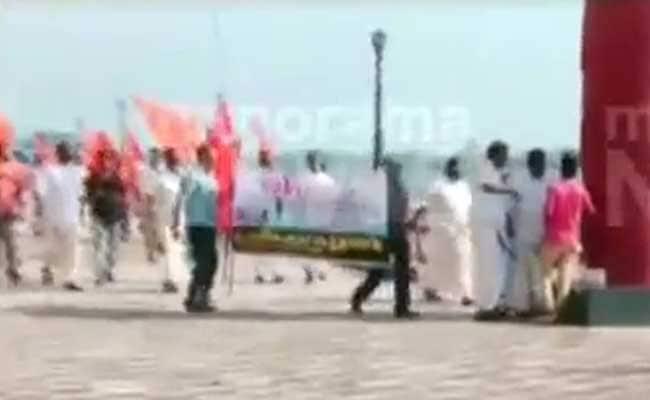 केरल: मरीन ड्राइव पर बैठे कपल्स पर शिवेसना के कार्यकर्ताओं ने बरसाई लाठियां
