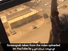 नौकरानी बिल्डिंग की खिड़की से गिरने से बचाने के लिए चिल्ला रही थी...मालिक ने बनाया वीडियो!