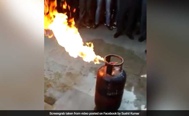 एलपीजी सिलेंडर में लगी आग कैसे बुझाएं : पुलिस वाले का वीडियो हो गया है वायरल