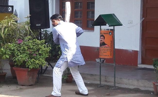 MCD election 2017 : प्रचार खत्म होने के बाद कुछ इस अंदाज में सुस्ताते नजर आए दिल्ली के प्रमुख चेहरे...