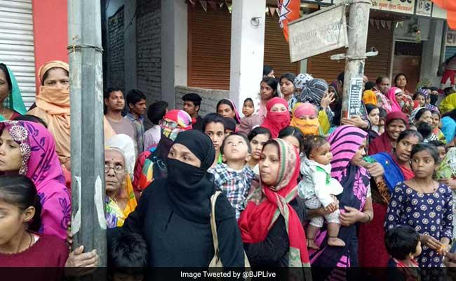 प्रधानमंत्री नरेंद्र मोदी के रोडशो में बड़ी तादाद में पहुंचे मुस्लिम, लेकिन क्या वोट में होंगे तब्दील?