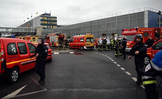 पेरिस ओर्ली हवाईअड्डे पर सैनिक की बंदूक छीनने वाले व्यक्ति को सुरक्षाबलों ने गोली से उड़ाया