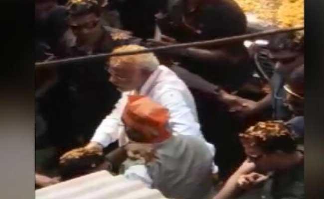 काशी में रूठे 'श्याम' को पल भर में ऐसे मना लिया पीएम मोदी ने! भीड़ से हाथ पकड़कर ले गए साथ