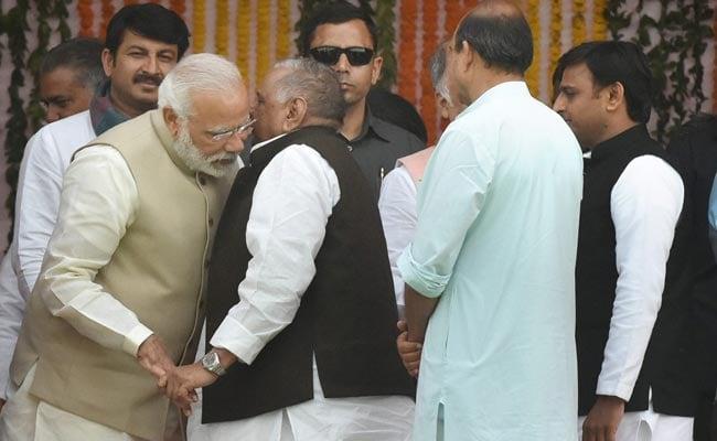 खुल गया राज : आखिरकार अखिलेश ने बताया कि मुलायम ने पीएम मोदी के कान में क्या कहा था?