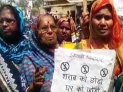 वाराणसी में शराबबंदी के लिए महिलाओं का हंगामा, शराब की दुकानों पर की तोड़ फोड़