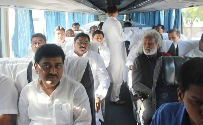 महाराष्ट्र में किसानों की बदहाली जानने के लिए एसी बस में कांग्रेस की संघर्ष यात्रा!