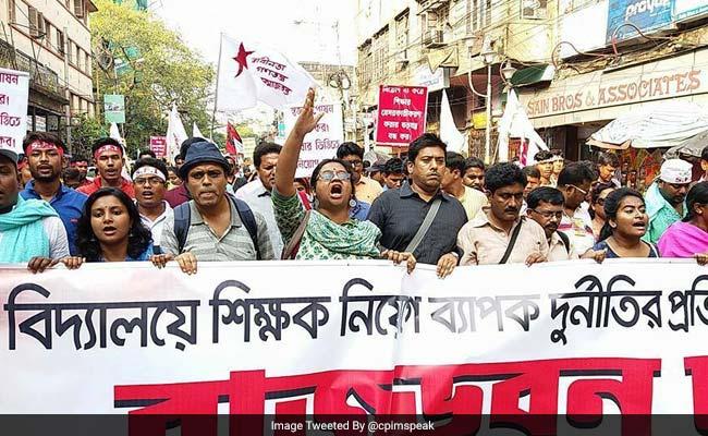 sfi activists protesting kolkata