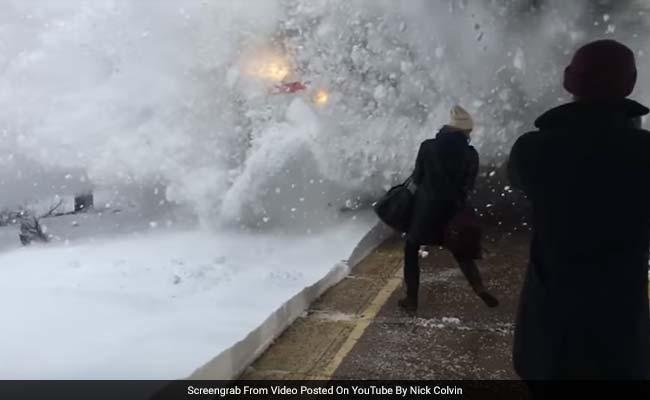 वीडियो : तेज़ी से आती एक ट्रेन प्लेटफॉर्म पर खड़े यात्रियों के लिए लाई बर्फ का तूफान