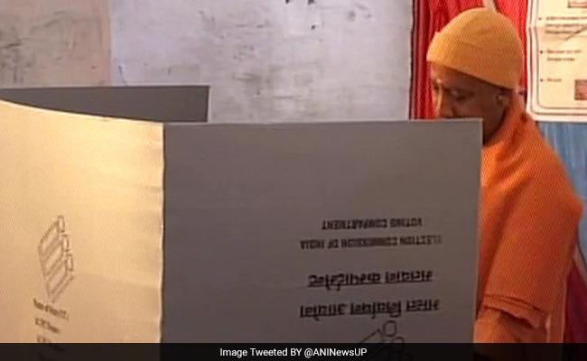यूपी चुनाव 2017: वोट डालने के बाद योगी आदित्यनाथ ने किया दावा, कहा- प्रदेश में बीजेपी की लहर