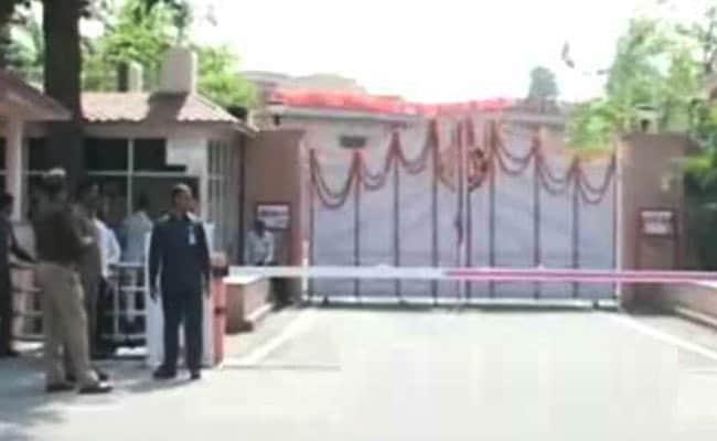 योगी आदित्यनाथ ने 12 बजकर 10 मिनट पर किया सीएम आवास में प्रवेश, लेदर के बजाय लकड़ी का फर्नीचर लगाया गया