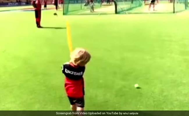 डिविलियर्स के नन्हे बेटे ने उनके साथ कुछ यूं खेली क्रिकेट, Video Viral