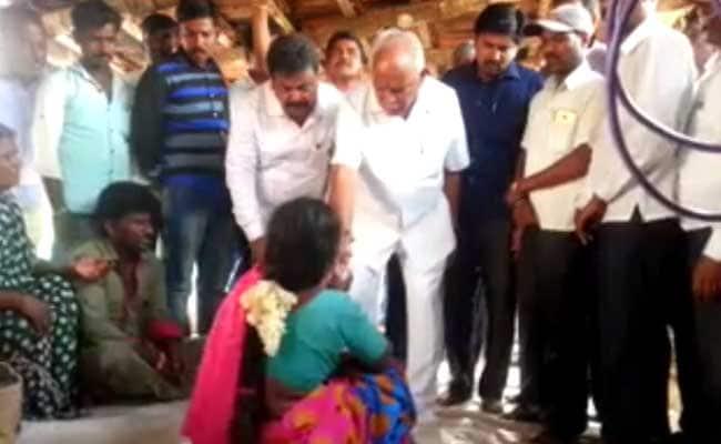 कर्नाटक : किसान की विधवा को एक लाख थमाकर बीएस येदियुरप्पा फिर घिरे विवादों में