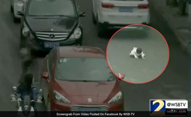 कैमरे में कैद : दो साल की बच्ची के ऊपर से गुज़री दो बड़ी-बड़ी कारें, फिर दिखा 'चमत्कार'