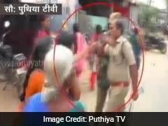 कैमरे में कैद : शराब की दुकान का विरोध कर रही महिला को पुलिसवाले ने सरेआम मारे थप्पड़
