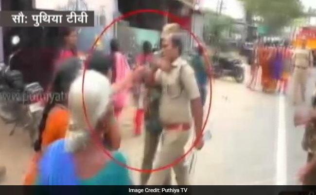 कैमरे में कैद : शराब की दुकान का विरोध कर रही महिला को पुलिसवाले ने सरेआम मारा थप्पड़
