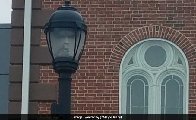Ghostly Face In Lamppost Spooks Out Netizens