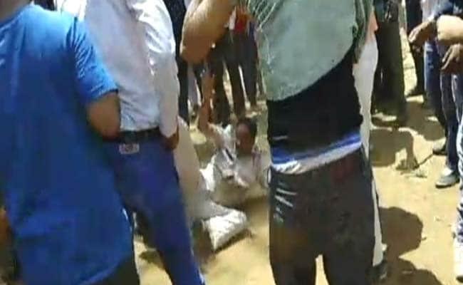 मध्य प्रदेश में नेता की रिश्तेदारों का चालान काटने जा रहे पुलिसकर्मी को धक्का देकर गिराया, पिटाई की