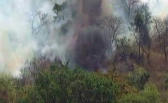 माउंट आबू के जंगलों में लगी भीषण आग, काबू पाने के लिए हेलीकॉप्टरों से छिड़का जा रहा पानी