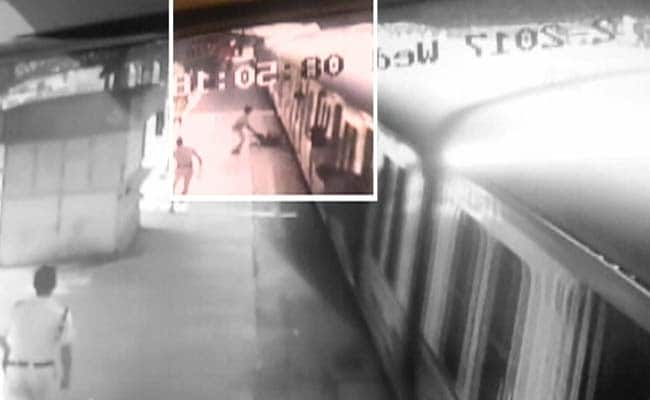 चलती ट्रेन पर चढ़ने की कोशिश में गिर पड़ा यात्री, RPF जवान की मुस्तैदी से बाल-बाल बची जान