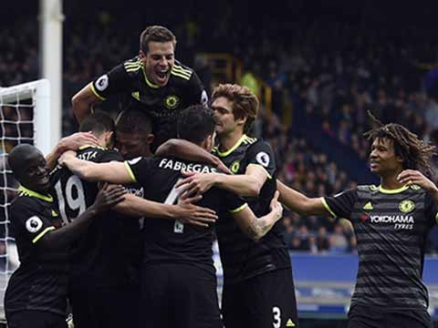Premier League: Leaders Chelsea defeat Everton 3-0, Manchester United draw 1-1 vs Swansea, Tottenham beat Arsenal 2-0