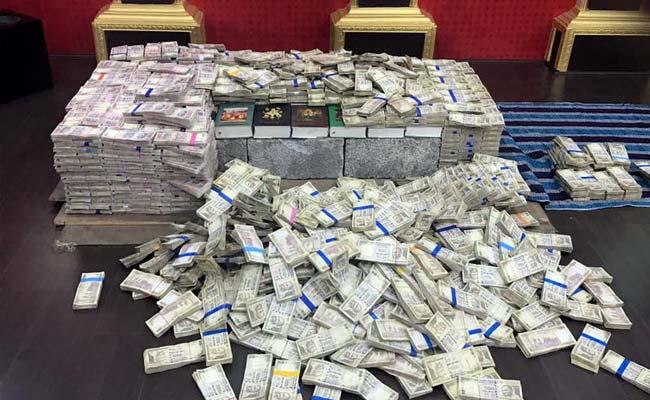 बेंगलुरु : पूर्व कॉर्पोरेटर के होम थिएटर में बने तहख़ाने से मिले करोड़ो रुपये के प्रतिबंधित नोट