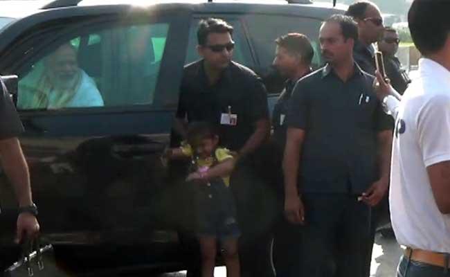 सूरत में पीएम मोदी काफिले के बीच आई 4 साल की बच्ची से यूं मिले, सब देखते रह गए