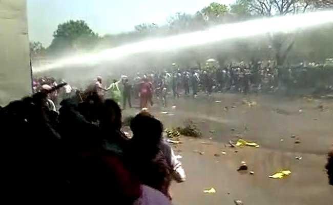 पंजाब यूनिवर्सिटी में छात्रों का उग्र प्रदर्शन, पुलिस ने जमकर भांजी लाठियां, वाटर कैनन का भी इस्तेमाल किया