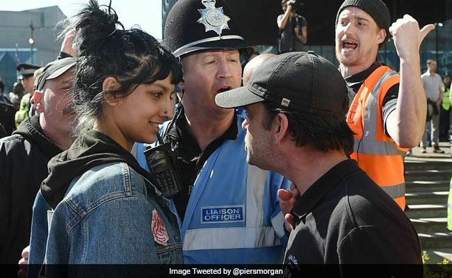 कट्टरपंथियों की आंख में आंख डालती मुस्कुराती हुई मुसलमान लड़की की यह तस्वीर...