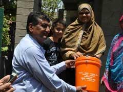 अहमदाबाद में सफाई का भी भगवाकरण, एक विधायक बांट रहे भगवा डस्टबीन