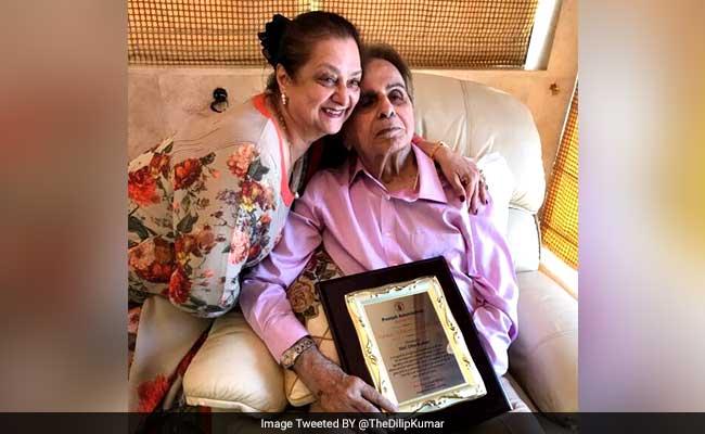 दिलीप कुमार ने ट्विटर पर शेयर की अपनी और सायरा बानो की तस्वीरें, यहां देखें