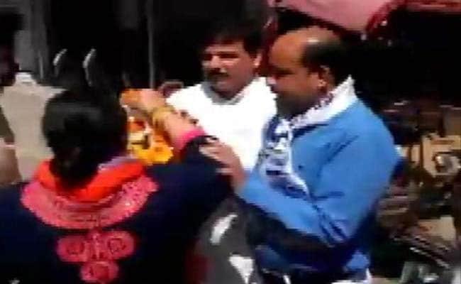 MCD Elections : आप नेता संजय सिंह को महिला कार्यकर्ता ने जड़ा थप्पड़, टिकट के लिए पैसे मांगने का आरोप