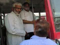 उत्तर प्रदेश: बसों में गंदगी देख भड़के मंत्री, खुद ही कर डाली सरकारी बस की धुलाई