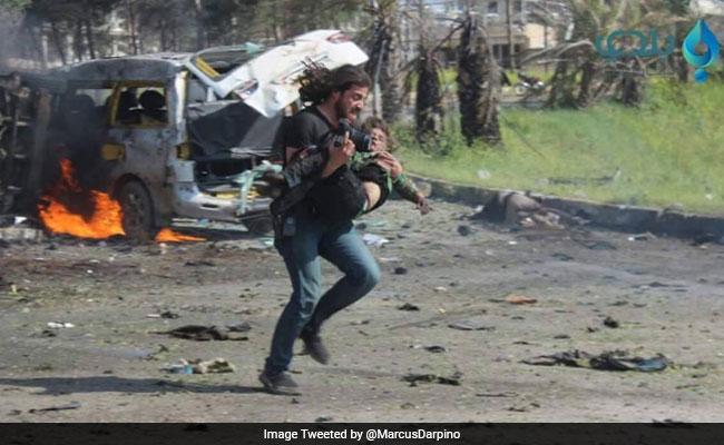 जब बच्चों को बचाने के लिए सीरियाई फोटोग्राफर ने छोड़ दिया कैमरा, फिर फूट-फूटकर रो पड़ा...