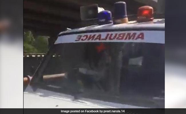 Viral Video: एंबुलेंस में तड़पता रहा बच्चा, VIP मूवमेंट के चलते देखती रही पुलिस