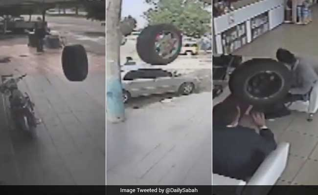 कैमरे में कैद : जब चलती कार से निकला पहिया, सड़क पार दुकान में बैठे लोगों को मारी टक्कर