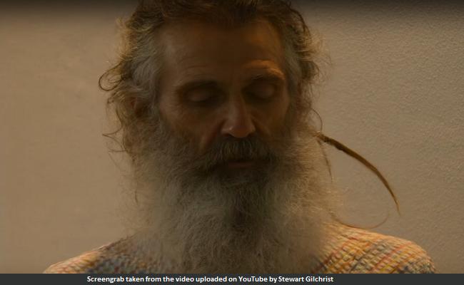 यह हैं योगा टीचर स्टुअर्ट गिलक्रिस्ट, जो समुद्र के पानी से साल में एक ही दिन धोते हैं अपने बाल